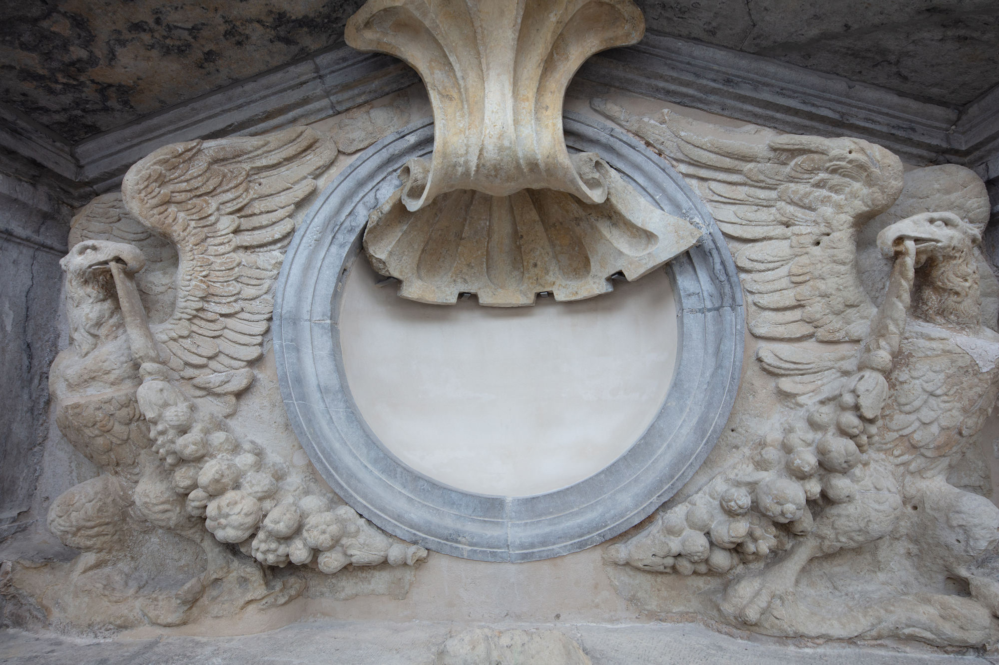 Portiek: centrale schelp met flankerende adelaars